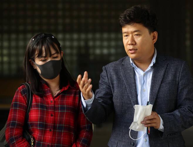 '서울시 공무원 간첩조작 사건'의 피해자인 유우성씨(오른쪽)와 동생 유가려씨가 23일 국정원 수사관들에 대한 공판의 증인으로 출석하기에 앞서 기자회견을 하고 있다. 연합뉴스