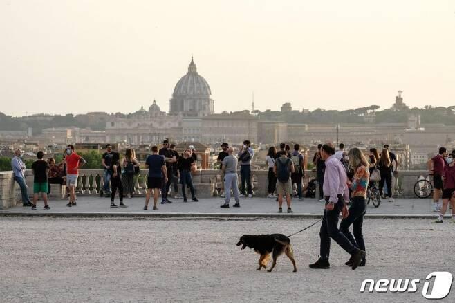 (로마 AFP=뉴스1) 지난 5월 17일 (현지시간) 코로나19로 봉쇄령이 내려진 로마의 빌라 보르게세 공원에 시민들이 북적이고 있다.  ⓒ AFP=뉴스1