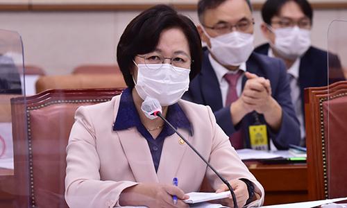 추미애 법무부 장관이 지난 23일 서울 여의도 국회에서 열린 국회 법제사법위원회 전체회의에서 질의에 답하고 있다. 뉴시스