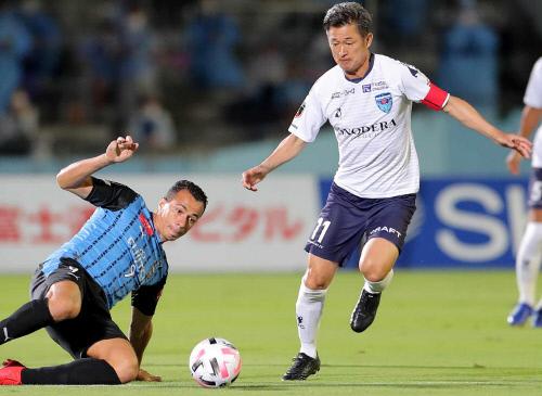 요코하마FC 미우라 가즈요시가 23일 가와사키 프론탈레 원정 경기에서 선발로 나서 뛰고 있다. 가와사키 | AFP연합뉴스