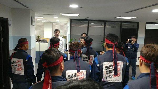 지난 2018년 4월 5일 성과급 지급 불가 통보에 카허 카젬 사장(왼쪽 위 흰 와이셔츠를 입은 남성)을 항의 방문한 한국GM 노조 집행부./한국GM