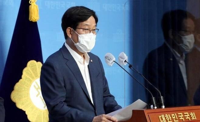 신동근 더불어민주당 최고위원이 23일 민주당 정치개혁TF 단장으로 기자회견을 가졌다. 사진=신동근 의원실