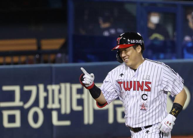 LG 김현수가 지난 17일 잠실 롯데전에서 만루홈런을 친 뒤 홈으로 들어오고 있다.   연합뉴스
