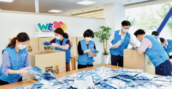 에콰도르에 한국산 진단키트 1천 개와 보건용 마스크(KF94) 2만 매를 지원하기 위해  준비 중인 위러브유 회원들.
