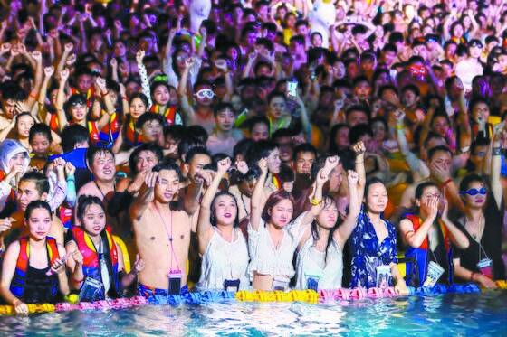 코로나19 발원지로 지목된 중국 우한에 있는 워터파크에서 8월 15일 열린 수상 파티. 수천 명이 몰렸지만, 마스크를 쓴 사람은 찾아볼 수 없다. [우한=AFP 연합뉴스]