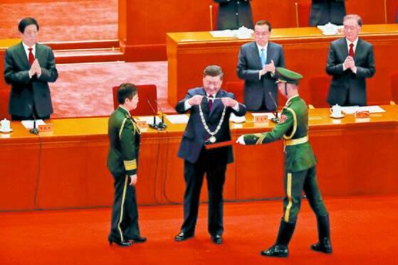 시진핑 주석이 지난 8일 코로나19 방역 표창대회에서 유공자를 표창하고 있다. [로이터]