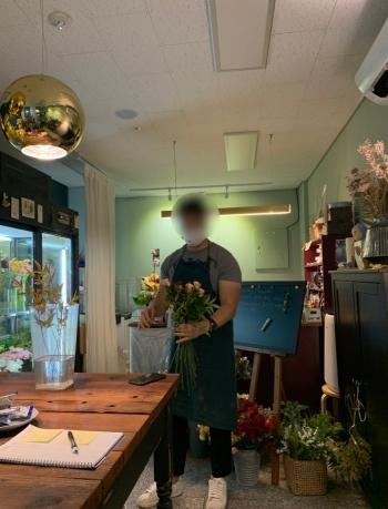 이대 꽃집에서 꽃을 든 기자. 꽃이 혹시나 떨어지지 않을까 싶어, 늘 조마조마했다./사진=꽃집 사장님