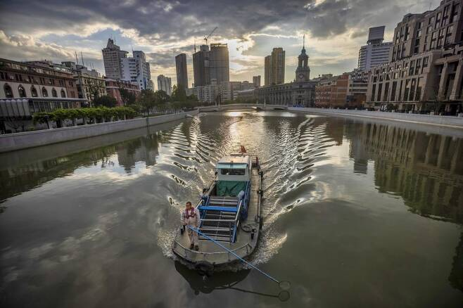 중국 상하이의 운하 모습 EPA-EFE 발행 사진 캡처[재배포 및 DB 금지]