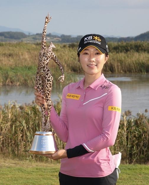 2020년 한국여자프로골프(KLPGA) 투어 팬텀 클래식 골프대회 우승을 차지한 안송이 프로가 우승트로피를 들고 있는 모습이다. 사진제공=KLPGA