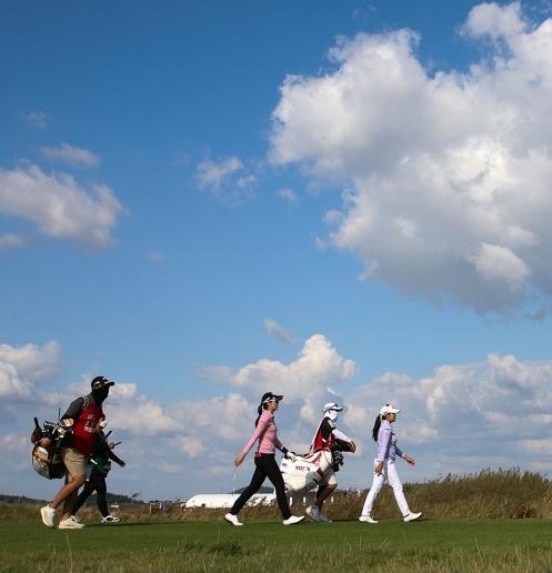 2020년 한국여자프로골프(KLPGA) 투어 팬텀 클래식 골프대회 우승을 차지한 안송이 프로. 사진은 최종라운드 챔피언조에서 경기하는 안송이와 노승희가 17번홀 페어웨이 향해 이동하는 모습이다. 사진제공=KLPGA