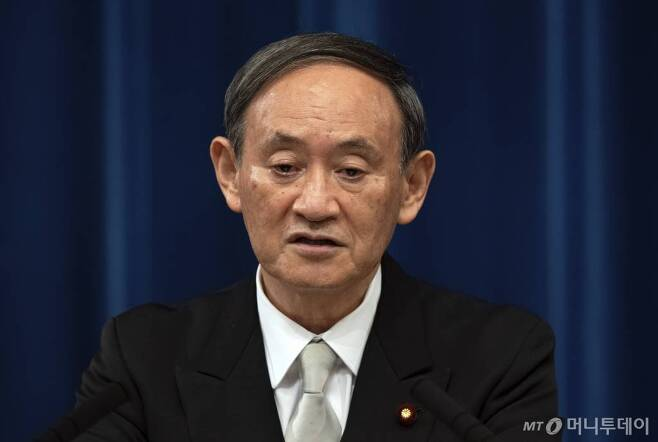 [도쿄=AP/뉴시스]16일 스가 요시히데 신임 일본 총리가 도쿄 총리 관저에서 취임 기자회견을 가지고 있다. 2020.09.17.