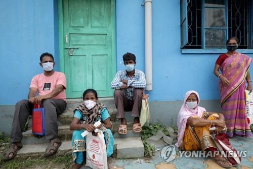 인도 콜카타에서 마스크를 쓰고 코로나19 검사를 기다리는 주민. [EPA=연합뉴스]