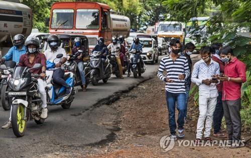마스크를 쓴 인도 케랄라주의 오토바이 운전자와 주민. [AP=연합뉴스]