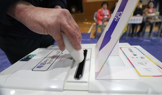 지난 2019년 4·3 보궐선거를 치른 전북 전주시(라선거구)에서 한 시민이 투표용지를 함에 넣고 있다. [뉴스1]