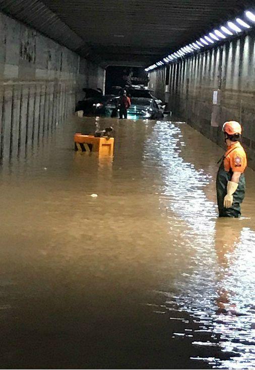 지난 7월 23일 폭우로 물에 잠긴 부산 동구 초량제1지하차도 당시 내부 모습(사진=부산경찰청 제공)