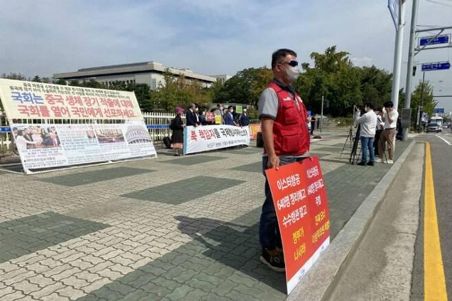 국회 앞에서 이스타항공 해결을 촉구하는 시위중인 전직 기장 김모(54)씨.(사진=이스타항공 조종사노조 제공)