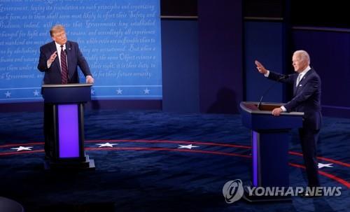 미 대선 첫 TV토론 참석한 트럼프-바이든 [로이터=연합뉴스]