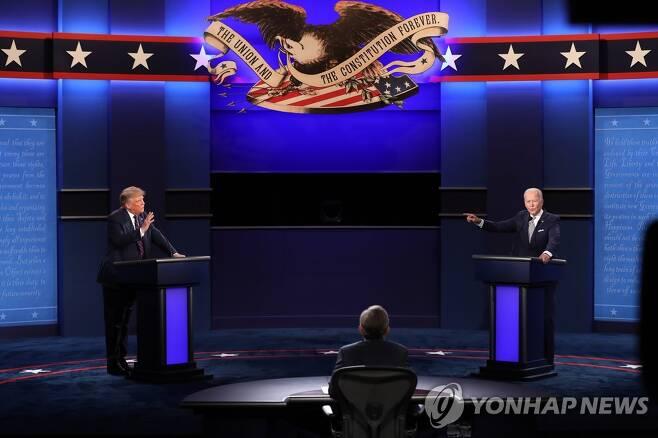 TV 토론에서 설전을 벌이는 도널드 트럼프 대통령(왼쪽)과 조 바이든 민주당 대선후보 [EPA=연합뉴스]