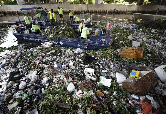 태국 방콕의 라드프라오 운하를 따라 모인 플라스틱 쓰레기들. 방콕 운하는 매일 최대 3t의 플라스틱 쓰레기가 수거되고 있다. [EPA=연합뉴스]