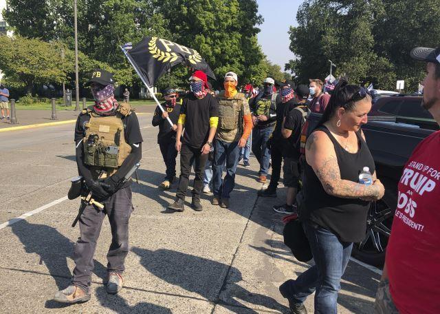 백인 우월주의 폭력조직 '프라우즈 보이즈' 회원들이 지난 9월 7일(현지시간) 미국 오리건주의 주도인 세이럼의 주의회 청사 앞에서 도널드 트럼프 대통령을 지지하는 집회를 열고 있다. AP뉴시스