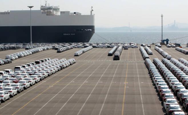 지난 9월 자동차 수출이 전년 동기 대비 23.2% 늘어나는 등 수출 전반이 호조세를 띄었지만 조업일수가 늘어난 일시적 효과라는 분석이 나온다. 사진은 경기도 평택항 현대기아차 수출부두에서 국산 완성차들이 선적을 기다리고 있는 모습. <매경DB>
