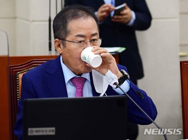 [서울=뉴시스]최동준 기자 = 홍준표 무소속 의원. (공동취재사진) 2020.09.16. photo@newsis.com