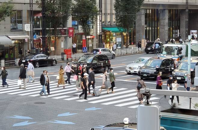 (도쿄=연합뉴스) 이세원 특파원 = 지난달 30일 오후 일본 도쿄도(東京都)의 상업지구인 긴자(銀座)에서 마스크를 쓴 사람들이 횡단보도를 건너고 있다. 2020.10.1