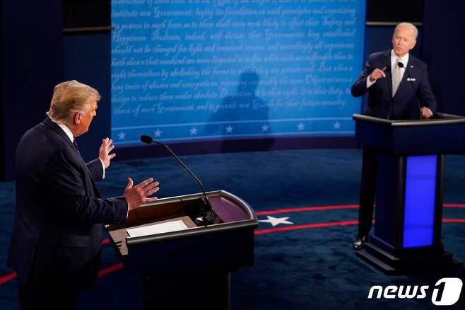 도널드 트럼프 미국 대통령과 조 바이든 민주당 대선 후보가 지난달 29일 (현지시간) 오하이오주 클리블랜드의 케이스 리저브 웨스턴 대학에서 첫 대선 TV토론을 벌이고 있다. © AFP=뉴스1 © News1 우동명 기자