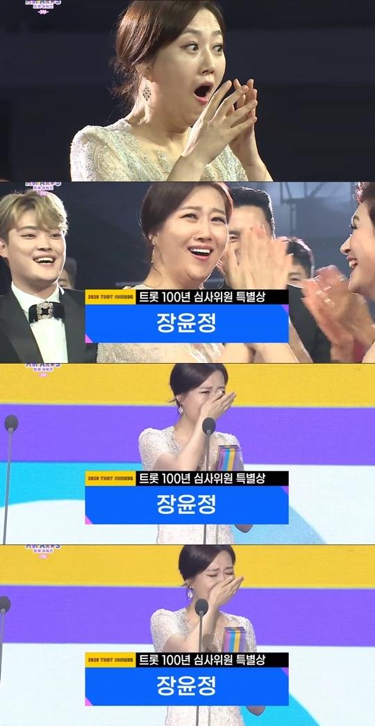 가수 장윤정이  트롯 100년 심사위원 특별상을 수상했다.