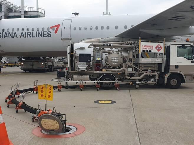 항공기가 주기장에 도착하면 급유 등 지상조업이 이뤄진다. [강갑생 기자]