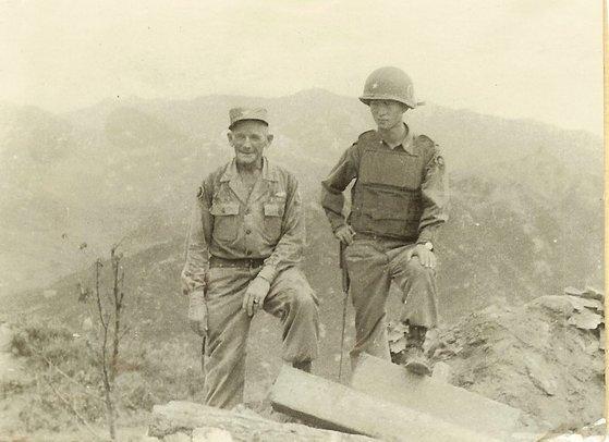 휴전협정 직후 김웅수(오른쪽) 장군이 어두운 표정으로 미측 고문관과 철군을 확인하고 있다. [김웅수 장군 가족 제공]