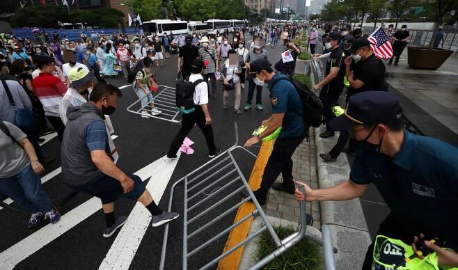 법원이 보수단체의 개천절 집회를 조건부 허가했다. 사진은 지난 8월15일 서울 종로구 광화문 광장 주변에서 열린 보수단체의 집회에서 참가자가 경찰이 세워 놓은 바리게이트를 넘어 도로로 나오는 모습. /사진=뉴시스 김명원 기자