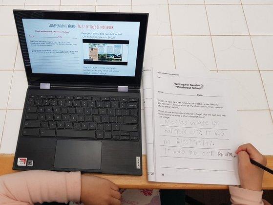 미국 초등학교에 재학 중인 이 씨의 자녀가 구글 클래스룸에 접속해 과제를 하고 있다. 독자 제공