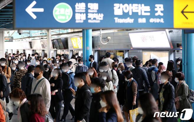 추석 명절 연휴가 끝나고 새로운 한 주를 맞이한 5일 오전 서울 구로구 신도림역 1호선 승강장에서 마스크를 한 시민들이 출근길 발걸음을 바쁘게 옮기고 있다. 2020.10.5/뉴스1 © News1 민경석 기자