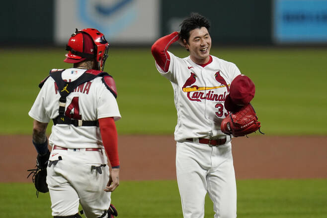 St. Louis Cardinals catcher Yadier Molina (4) walks out to the mound to talk with starting pitcher Kwang-Hyun Kim during the fifth inning of a baseball game against the Milwaukee Brewers Thursday, Sept. 24, 2020, in St. Louis. (AP Photo/Jeff Roberson) <저작권자(c) 연합뉴스, 무단 전재-재배포 금지>
