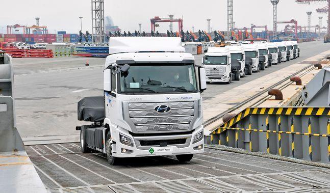 현대차가 세계 최초로 양산한 '엑시언트 수소전기트럭 (XCIENT Fuel Cell)' 10대가 7월 6일 전남 광양시 광양항에서 스위스로 향하는 '글로비스 슈페리어'호에 선적되고 있다. ⓒ현대자동차