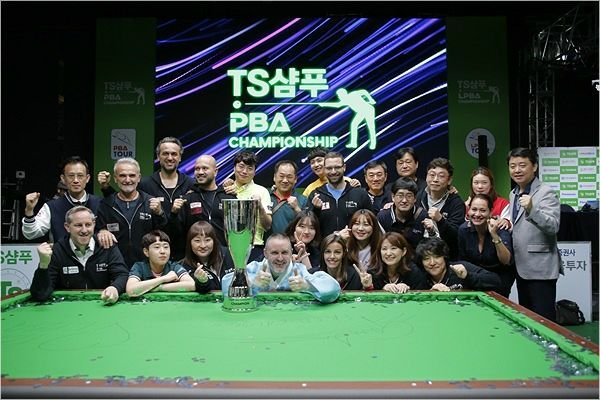 지난해 추석 연휴에 열린 TS샴푸 PBA 챔피언십에서 우승한 쿠드롱이 한복을 입고 선수 및 관계자들과 기념 촬영을 한 모습. 쿠드롱의 오른쪽이 그의 아내다.(사진=PBA)