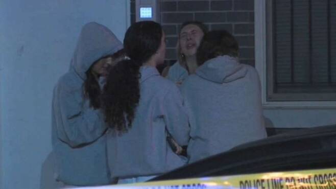 미국 펜실베이니아주 필라델피아에 있는 템플대학 여학생 둘이 루프탑 파티 도중 추락 사고를 당한 직후 동료 학생들이 놀란 학생을 진정시키고 있다.WPVI TV 동영상 캡처