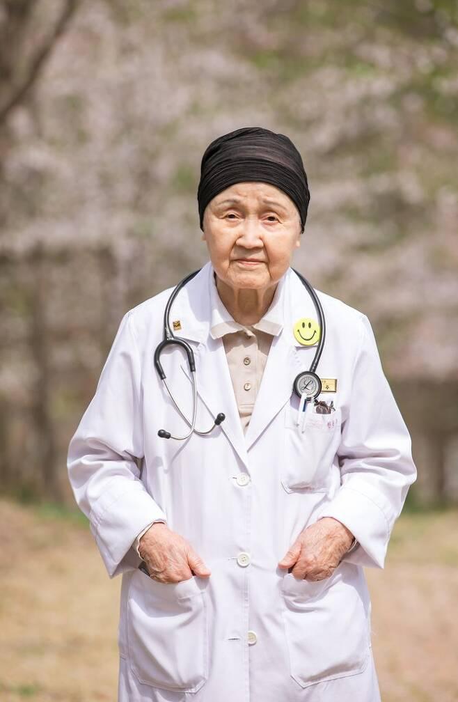 '국내 최고령 현역 의사' 한원주씨 별세 (서울=연합뉴스) 국내 최고령 현역 의사로 활동한 한원주 매그너스요양병원 내과 과장이 소천했다. 향년 94세.      경기 남양주 매그너스요양병원과 유족 측은 한원주 매그너스요양병원 내과 과장이 지난달 30일 숙환으로 별세했다고 5일 밝혔다.      사진은 고(故) 한원주 의사.       [매그너스요양병원 제공. 재판매 및 DB 금지] photo@yna.co.kr