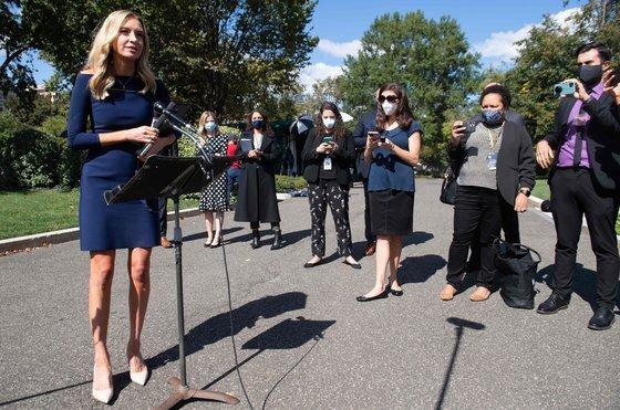 케일리 매커내니 백악관 대변인은 5일 자산이 코로나19 양성 판정을 받았다고 밝혔다. 그는 트럼프 대통령 확진이 알려진 지난 2일 백악관에서 기자들과 만나 마스크를 쓰지 않은 채 브리핑을 했다. [AFP=연합뉴스]