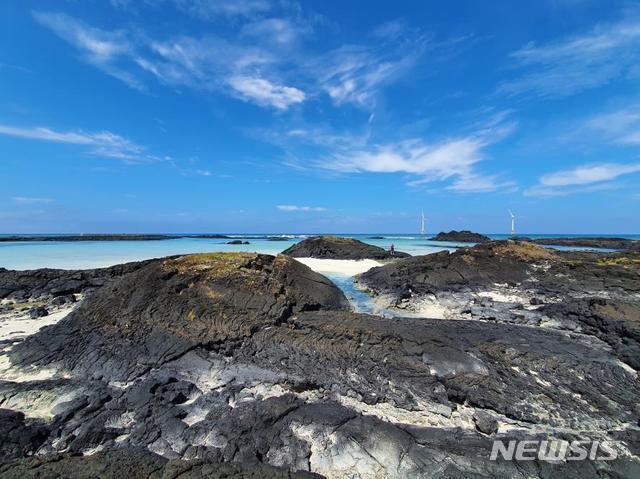 [제주=뉴시스] 제주시 구좌읍 월정 해안에서 관찰되는 전형적인 '튜물러스'들.(한라산연구부 제공)