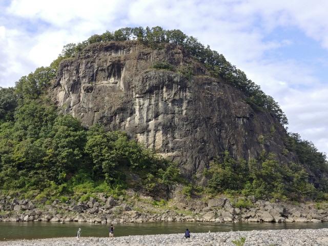 좌상바위는 한탄강변 위로 60m 솟아오른 형상이다. 용암이 분출한 화구 주변에 그대로 굳어진 현무암 덩어리로 거대한 크기가 주변을 압도한다.