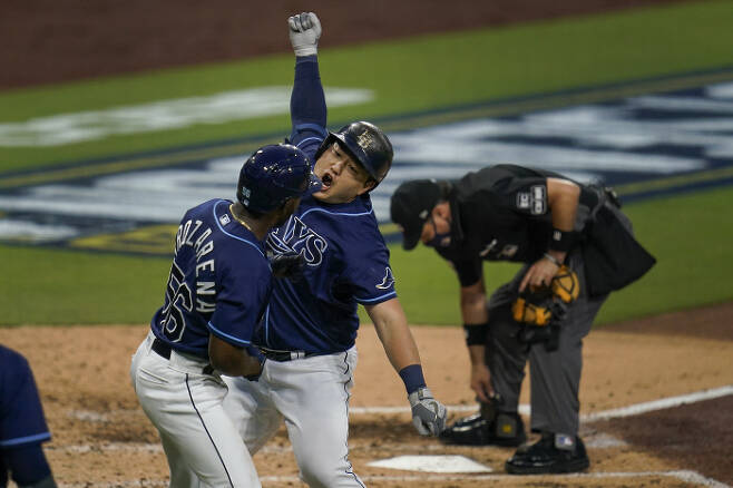 탬파베이 최지만이 6일 뉴욕 양키스와의 디비전시리즈 1차전 4회말 역전 투런 홈런을 때리고 들어온 뒤 세리머니를 하고 있다. | AP연합뉴스