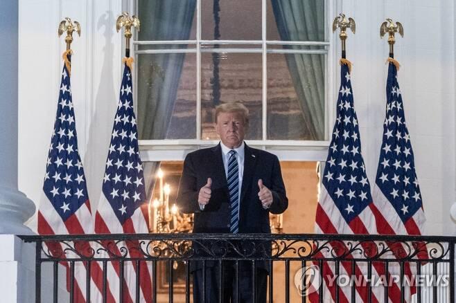 백악관에 돌아와 양손 엄지손가락을 치켜들고 포즈를 취하는 도널드 트럼프 미국 대통령 [EPA=연합뉴스]