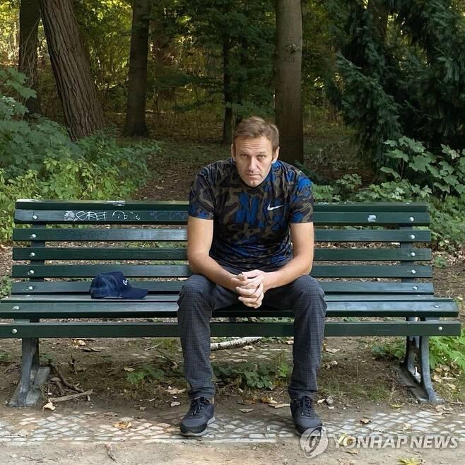 병원 떠나 베를린 시내 벤치에 앉아있는 알렉세이 나발니 [EPA=연합뉴스 자료사진]