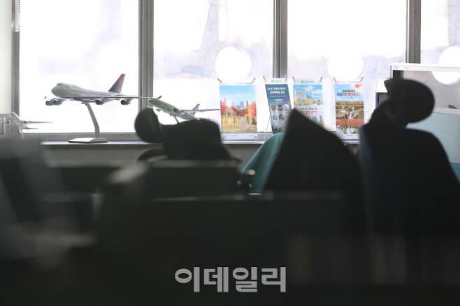 코로나19로 각 나라 국경이 봉쇄되는 등 관광업의 침체가 이어지고 있는 지난 6일 오후 서울 한 여행사 사무실에서 직원들의 휴직으로 불 꺼진 채 한산한 모습을 보이고 있다(사진=이영훈 기자).