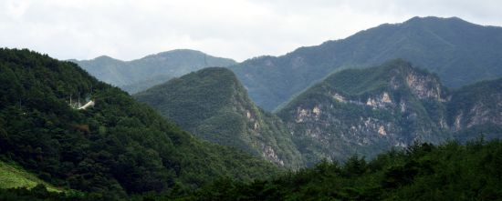 깊고 깊은 산을 넘어 왼쪽으로 보이는 저 도로를 넘어서면 정선연포마을에 가 닿는다
