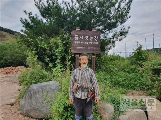 강기갑 전 민주노동당 대표가 지난달 29일 경남 사천에 있는 자신의 매실 농장에서 환하게 웃고 있다.
