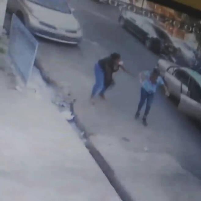 피해 여성이 비명을 지르자 근처에 있던 한 여성이 뛰어왔을 때의 모습(사진=CCTV 영상 캡처)