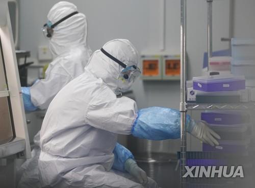 중국 우한(武漢)의 신종 코로나바이러스 감염증(코로나19) 검출 연구소에서 지난 3월 핵산 검사를 하는 모습. [신화=연합뉴스 자료사진]